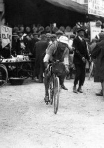 PBP 1911. Octave Lapize saliendo del control de Dreux. Fuente: http://gallica.bnf.fr/